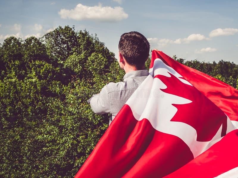Mężczyzna macha Kanadyjską flagę ?wi?to narodowe zdjęcia stock