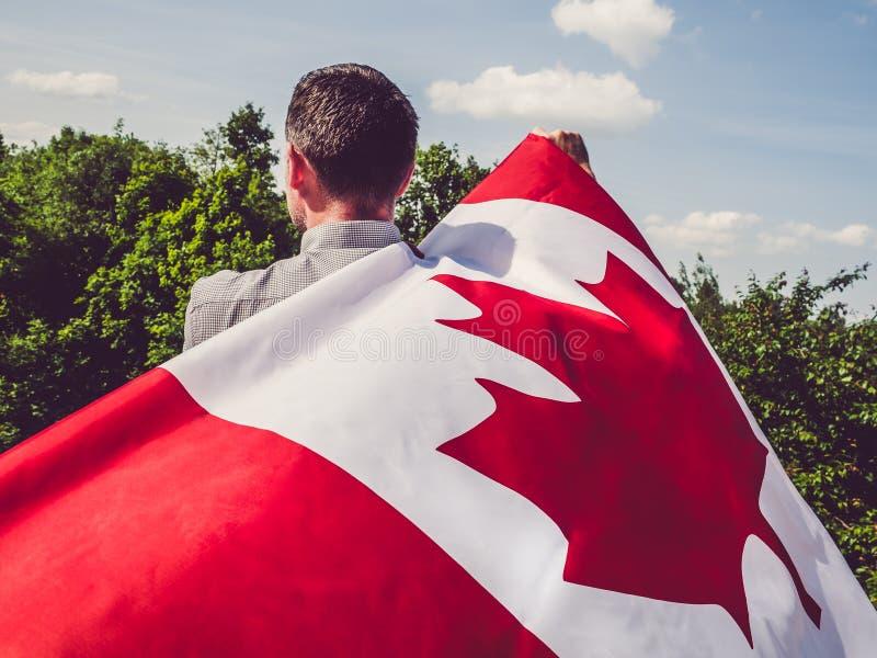 Mężczyzna macha Kanadyjską flagę ?wi?to narodowe zdjęcie stock