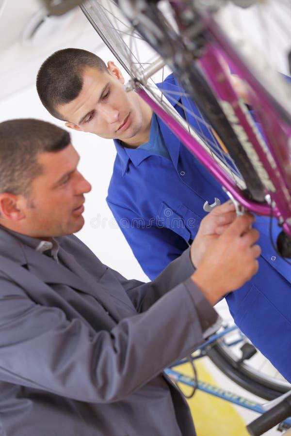 Mężczyzna mechanika naprawiania rowerowi bicykle obraz royalty free