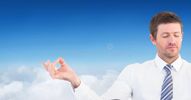 Mężczyzna Medytować pokojowy w chmurach zdjęcia stock