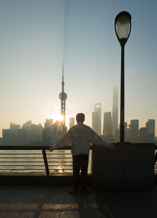 Mężczyzna medytuje na Bund gdy słońce wzrasta zdjęcie stock