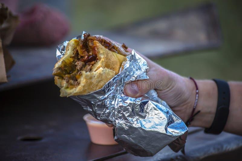 Mężczyzna mienia burrito w prawej ręce zdjęcia royalty free