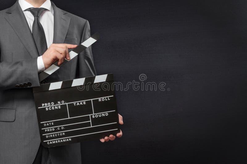 Mężczyzna mienia filmu clapper deska obraz stock