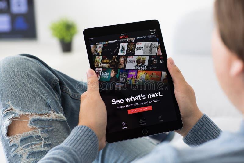 Mężczyzna mienia iPad app zapewnia lać się medialnego i wideo Netflix zdjęcie royalty free
