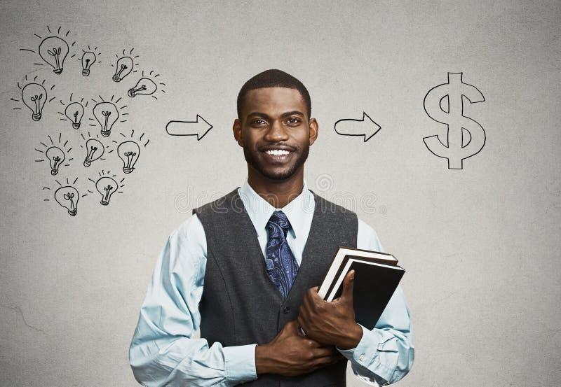 Mężczyzna mienia książki pomysły przygotowywających dla pieniężnego sukcesu fotografia stock