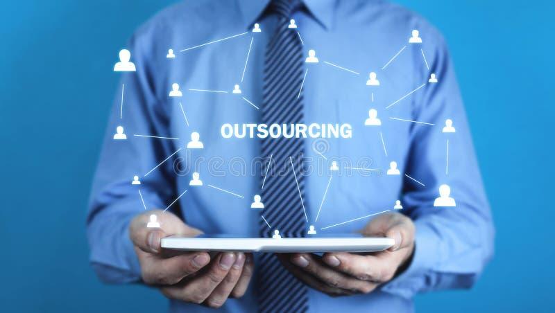 Mężczyzna mienia pastylka Outsourcing, strategii biznesowej pojęcie obrazy stock