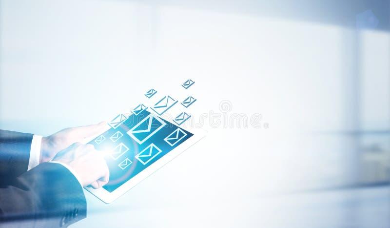 Mężczyzna mienia pastylka z emailami zdjęcie stock