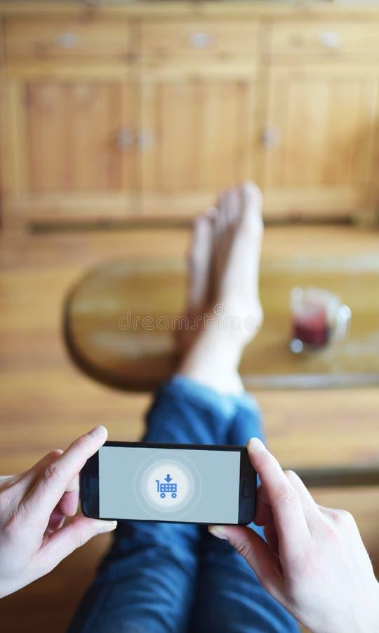 Mężczyzna mienia smarthphone z fury ikoną zdjęcie royalty free
