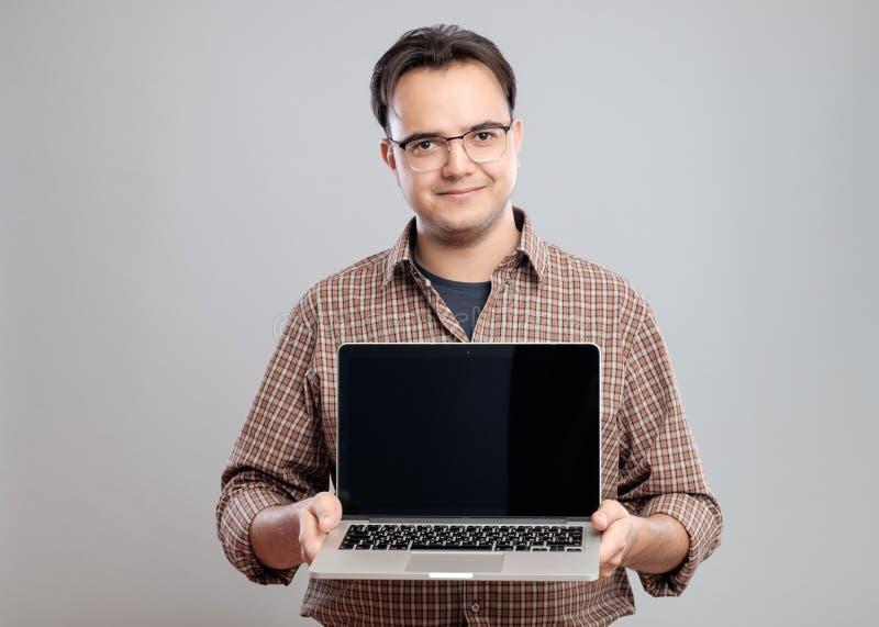 Mężczyzna mienie i seansu laptop zdjęcia royalty free