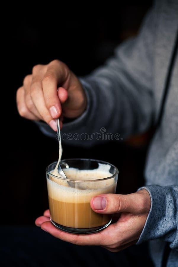 Mężczyzna miesza filiżankę coffe fotografia stock