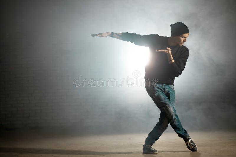 Mężczyzna miesza style taniec Baletniczy ruch na ulicznym tanu zdjęcia royalty free
