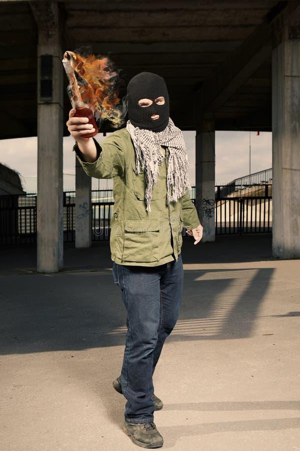 Mężczyzna miotanie pali flammable butelkę zdjęcie royalty free