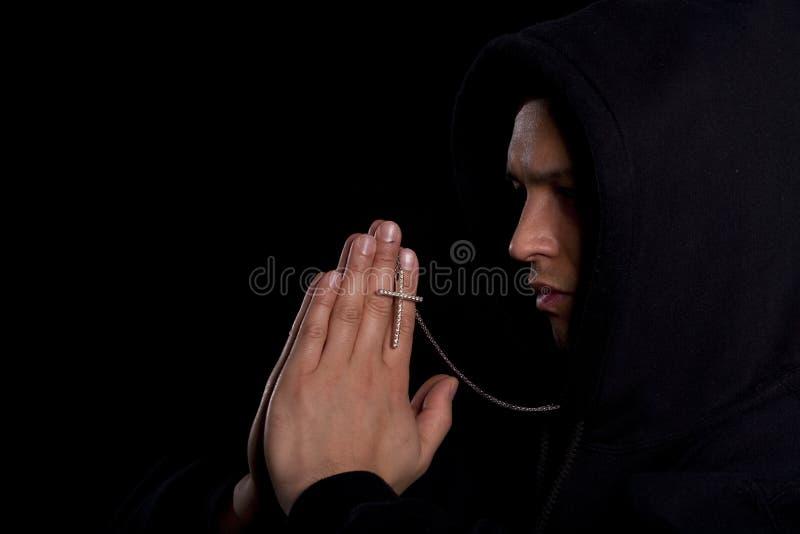 mężczyzna modlenia potomstwa zdjęcia royalty free