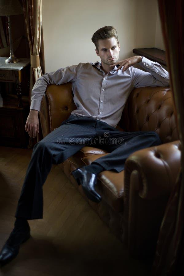 mężczyzna modny obsiadanie obrazy stock