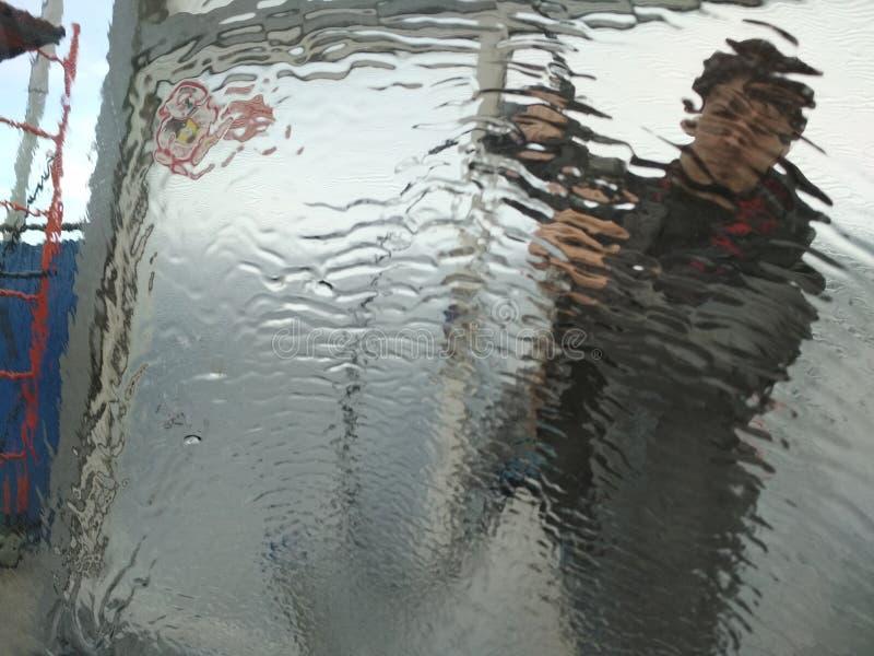 Mężczyzna myjÄ…cy samochód na samoobsÅ'ugowej stacji myjni. zima. Strzelectwo od wewnÄ…trz samochodu zdjęcia royalty free