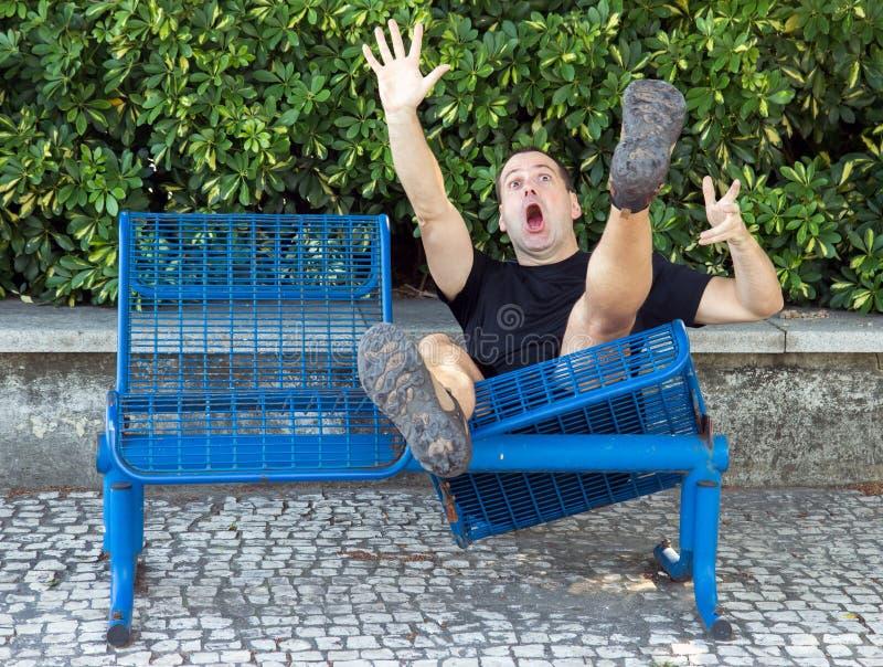 Mężczyzna na ławka spada puszku obraz stock