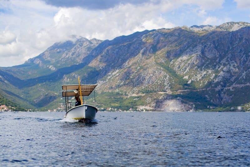 mężczyzna na łodzi na morzu zdjęcie stock