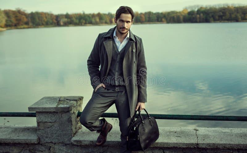 Mężczyzna na ścianie obok jeziora obraz royalty free