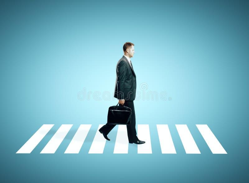 Mężczyzna na crosswalk zdjęcia royalty free