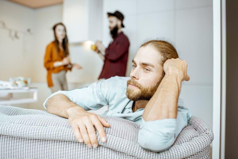 Mężczyzna na cuoch w domu zdjęcie stock