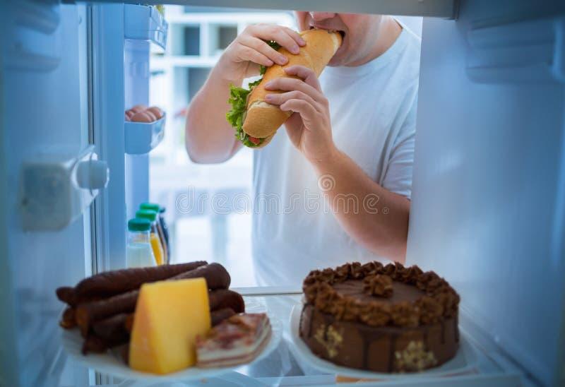 Mężczyzna na diety przerwy diecie i bierze dużą kanapkę fotografia stock