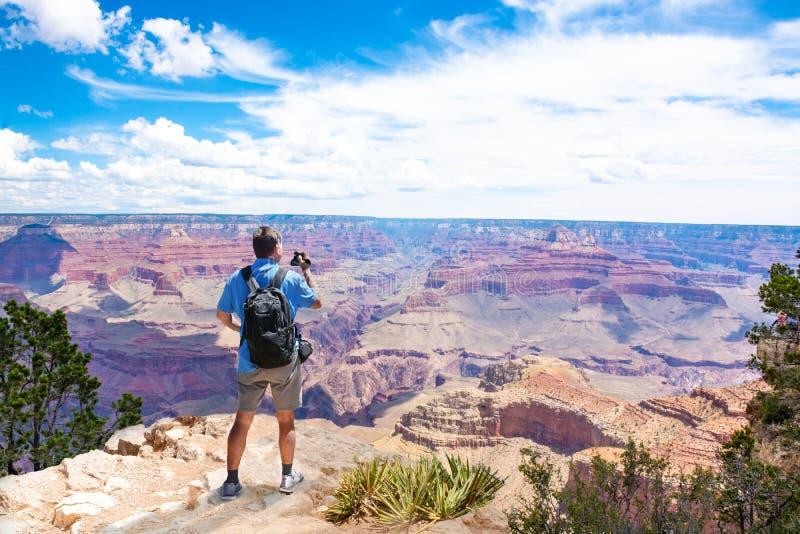 Mężczyzna na górze góry używać jego kamerę obraz stock