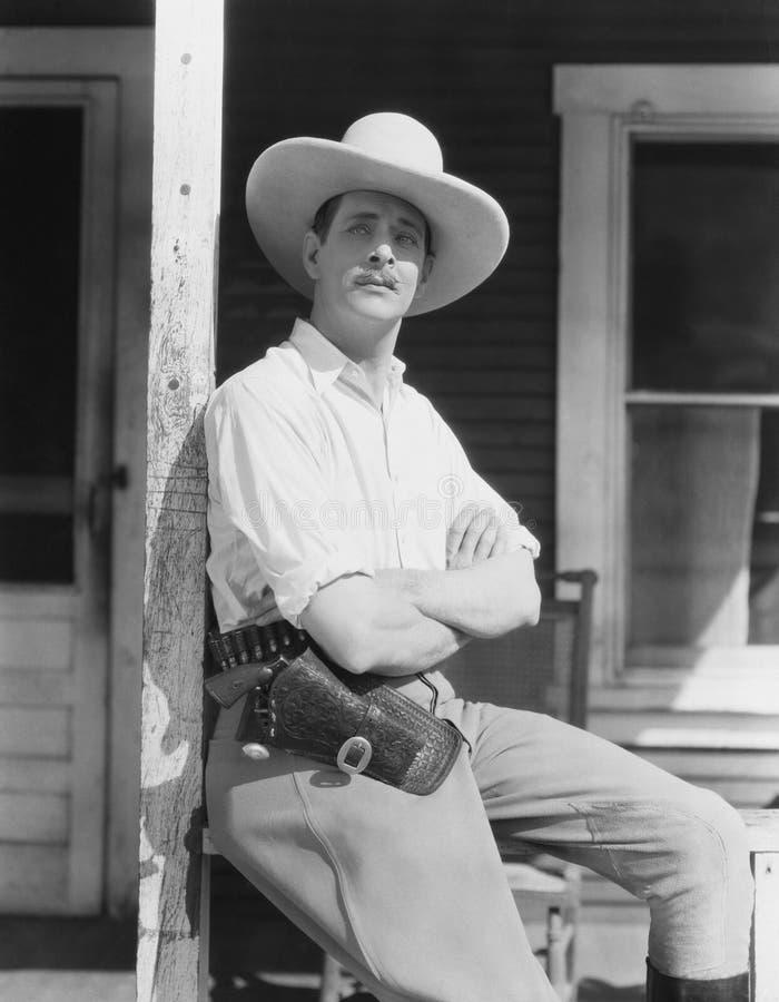 Mężczyzna na gankowym jest ubranym kowbojskim kapeluszu obraz royalty free