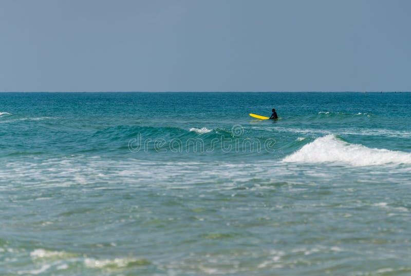 Mężczyzna na kipieli w morzu zdjęcia royalty free