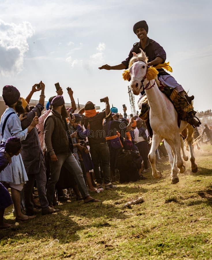 Mężczyzna na koniu w pełnym cwale z wszystkie hoofs w powietrzu, ściga się wewnątrz obrazy stock