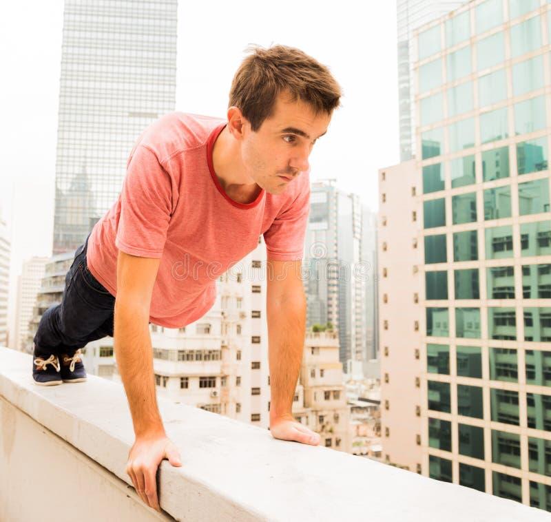 Mężczyzna na kroksztynie robi ćwiczeniom fotografia stock