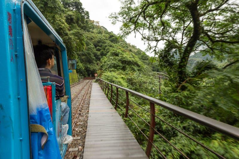 Mężczyzna na małym turysty pociągu w Wulai obraz stock