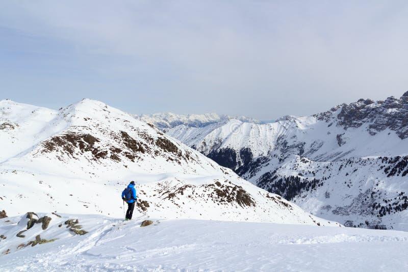 Mężczyzna na narciarskiej patrzeje halnej śnieżnej panoramie przed zjazdowym w Stubai Alps fotografia royalty free
