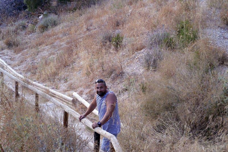 Mężczyzna na parkowej ścieżce hiszpański wybrzeże zdjęcie royalty free