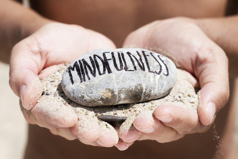 Mężczyzna na plaży i teksta mindfulness obraz stock