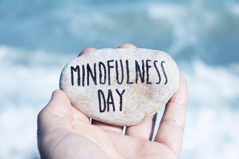 Mężczyzna na plaży i teksta mindfulness dniu zdjęcie stock