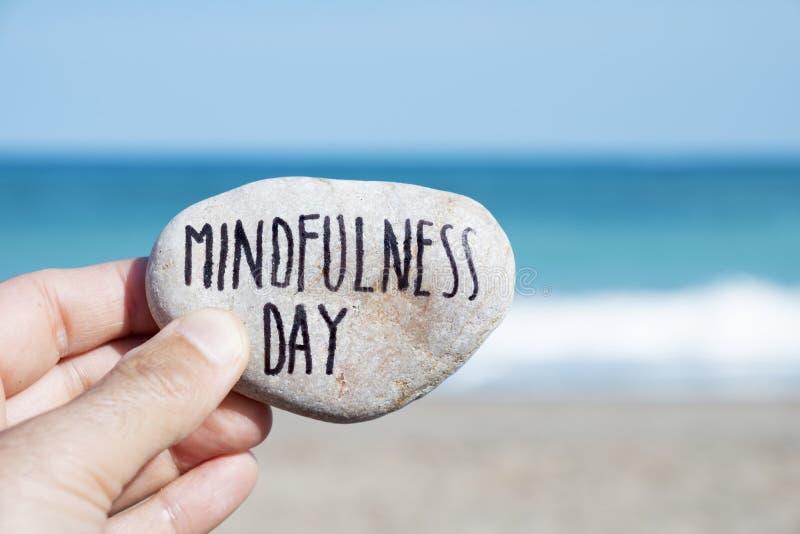 Mężczyzna na plaży i teksta mindfulness dniu zdjęcia stock