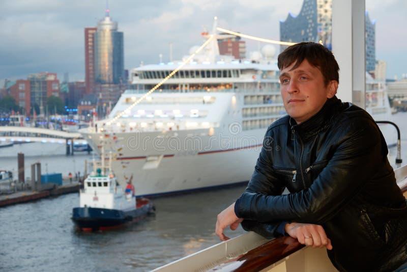 Mężczyzna na pokładzie rejsu liniowiec w czarnej skórzanej kurtce iść na podróży od portu Hamburg zdjęcia stock