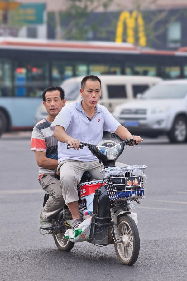 Mężczyzna na rowerze w centrum miasta, Pekin, Chiny fotografia stock