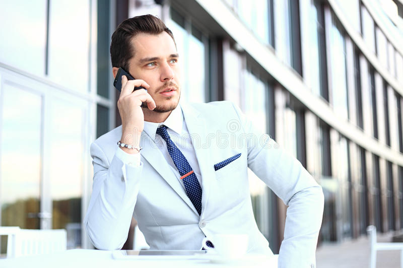 Mężczyzna na smartphone - młody biznesowy mężczyzna opowiada na mądrze telefonie Przypadkowy miastowy fachowy biznesmen używa mob obraz stock