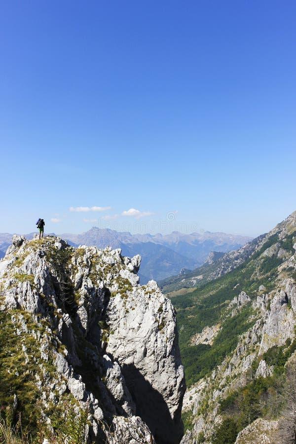Mężczyzna na szczycie góra i patrzeć naprzód fotografia stock