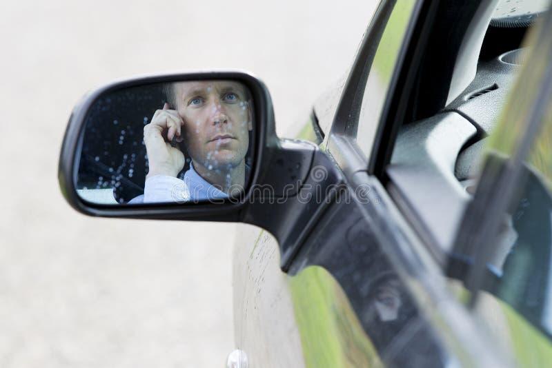 Mężczyzna na telefonie w samochodzie zdjęcie royalty free