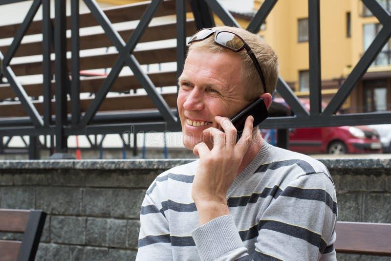 Mężczyzna na ulicie z telefonem komórkowym zdjęcie royalty free
