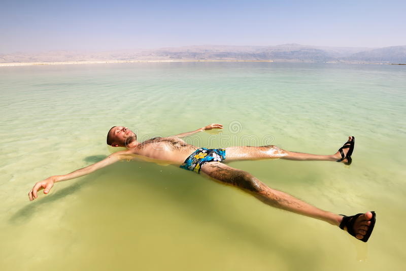 Mężczyzna na wodzie nieżywy morze w Izrael zdjęcia royalty free