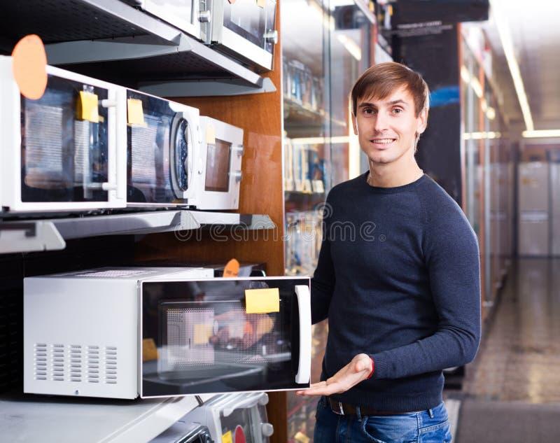 Mężczyzna nabywa elektrycznego piekarnika lub prażalnika fotografia royalty free