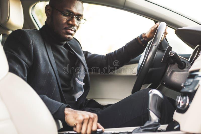 Mężczyzna naciska guziki w samochodzie Dostosowanie audio tomowa kontrola zdjęcia stock
