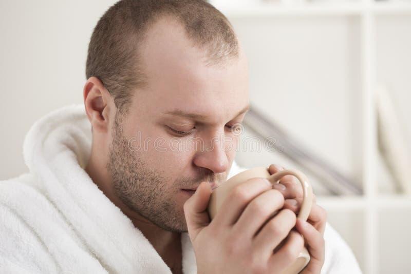 Mężczyzna napoju herbata zdjęcie stock