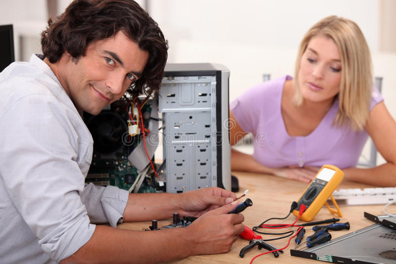 Mężczyzna naprawia komputer obrazy royalty free