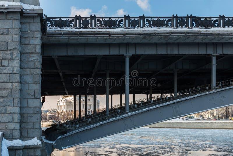 Mężczyzna naprawia most przez rzekę zdjęcie stock