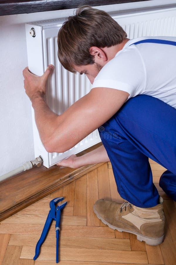Mężczyzna naprawiania domu grzejnik obraz royalty free