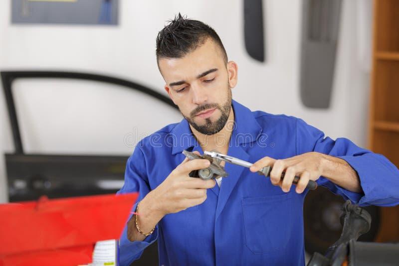 Mężczyzna naprawiania kawałek w samochód przekładni pudełku zdjęcie stock